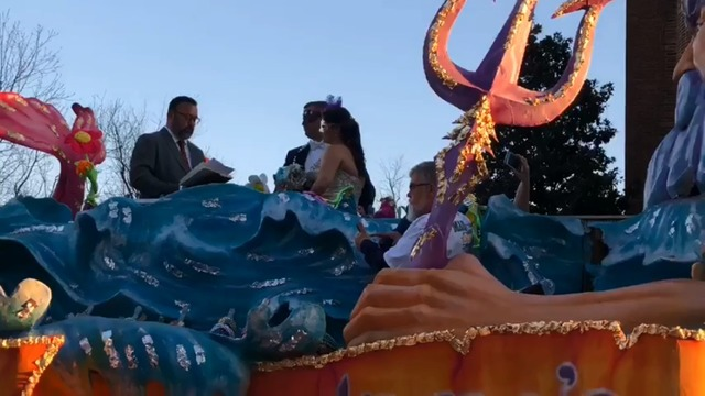 VIDEO: Local couple gets married on Mardi Gras float